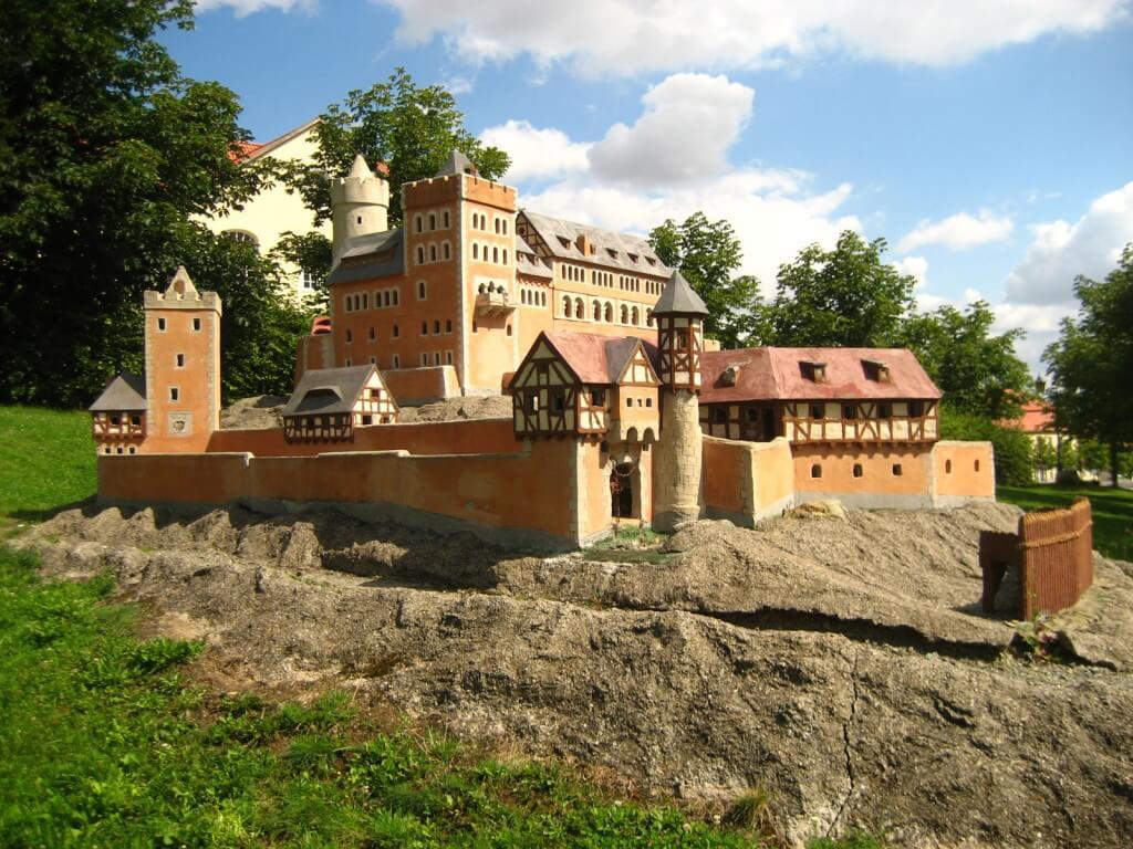 Burg-Anhalt-Modell-Cleverpedia.de_-1024x768 Aufbau der Burgen im Mittelalter